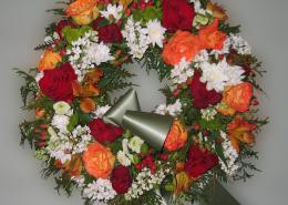 Grabkranz Rosen, Chrysanthemen, Flieder, orange, rot, weiß