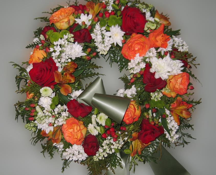 Trauerfloristik Grabkranz Rosen, Chrysanthemen, Flieder, orange, rot, weiß