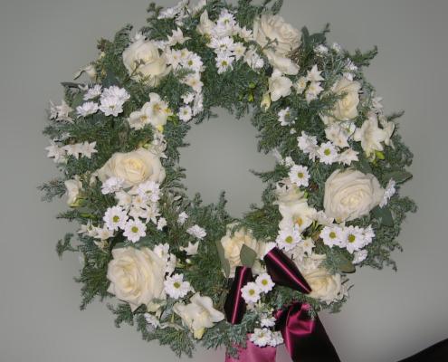 Trauerfloristik Grabkranz weiß, Rosen, Chrysanthemen