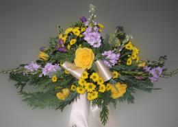 Grabgesteck Rosen, Levkoje, Chrysanthemen, lila-gelb