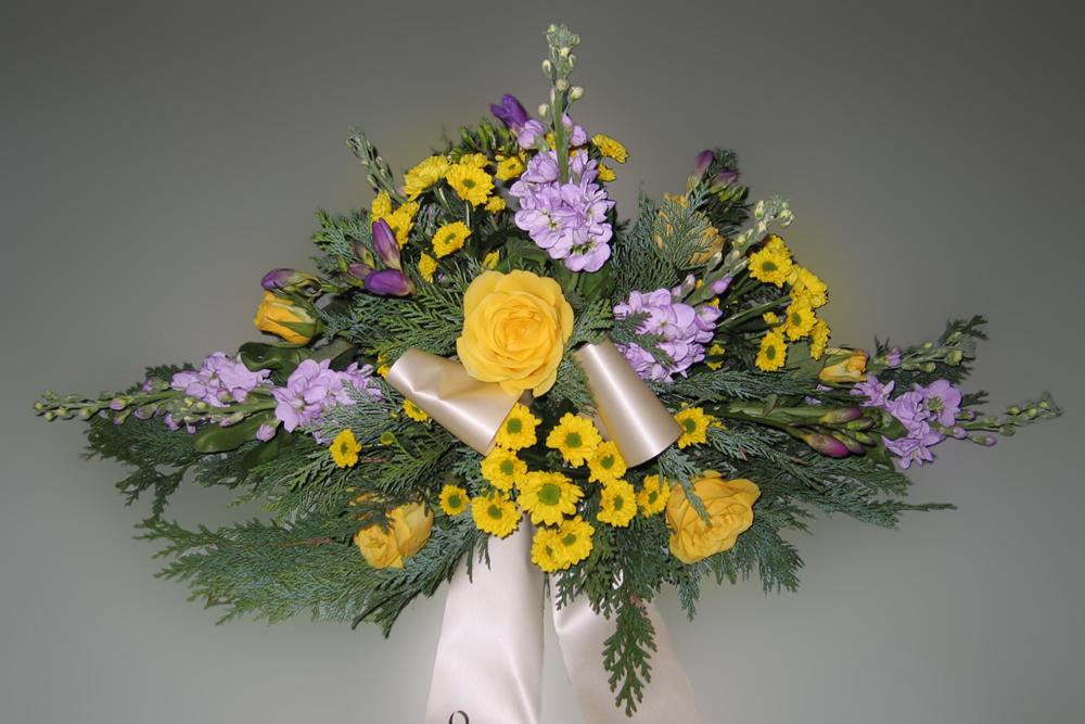 Trauerfloristik Grabgesteck Rosen, Levkoje, Chrysanthemen, lila-gelb