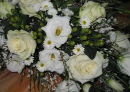 Sargschmuck Detail, Rosen, Eustoma, weiß, creme