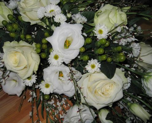 Trauerfloristik Sargschmuck Detail, Rosen, Eustoma, weiß, creme