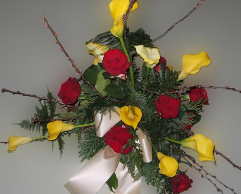 Trauerfloristik rote Rosen Grabgesteck Calla, Rosen