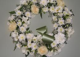 Grabkranz weiß-creme, Rosen, Chrysanthemen