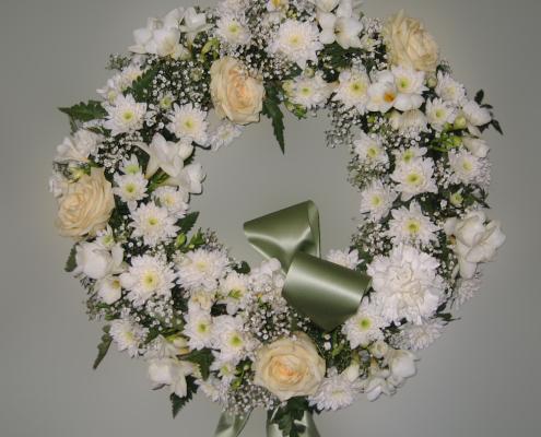 Trauerfloristik Grabkranz weiß-creme, Rosen, Chrysanthemen