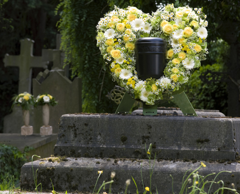 Trauerfloristik Urnenschmuck Herzform, Rosen, Gerbera