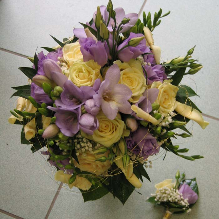 Hochzeitsfloristik Brautstrauß rund, Rosen, Freesien, Eustoma, cremeweiß-lila