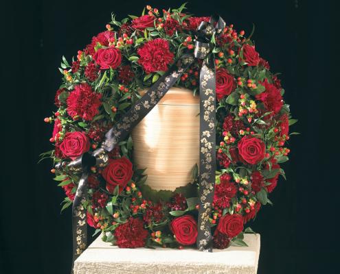 Trauerfloristik Urnenkranz, rote Rosen
