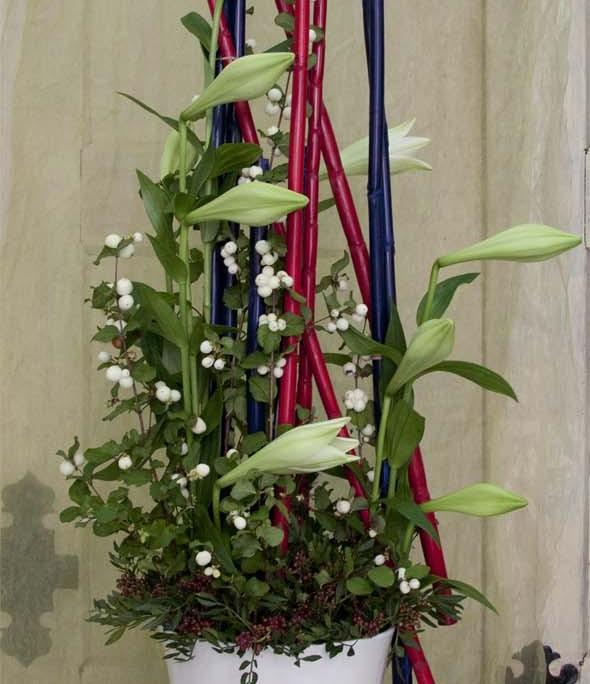 Raumschmuck Firmenevent, weiß-rot-blau, Lilien