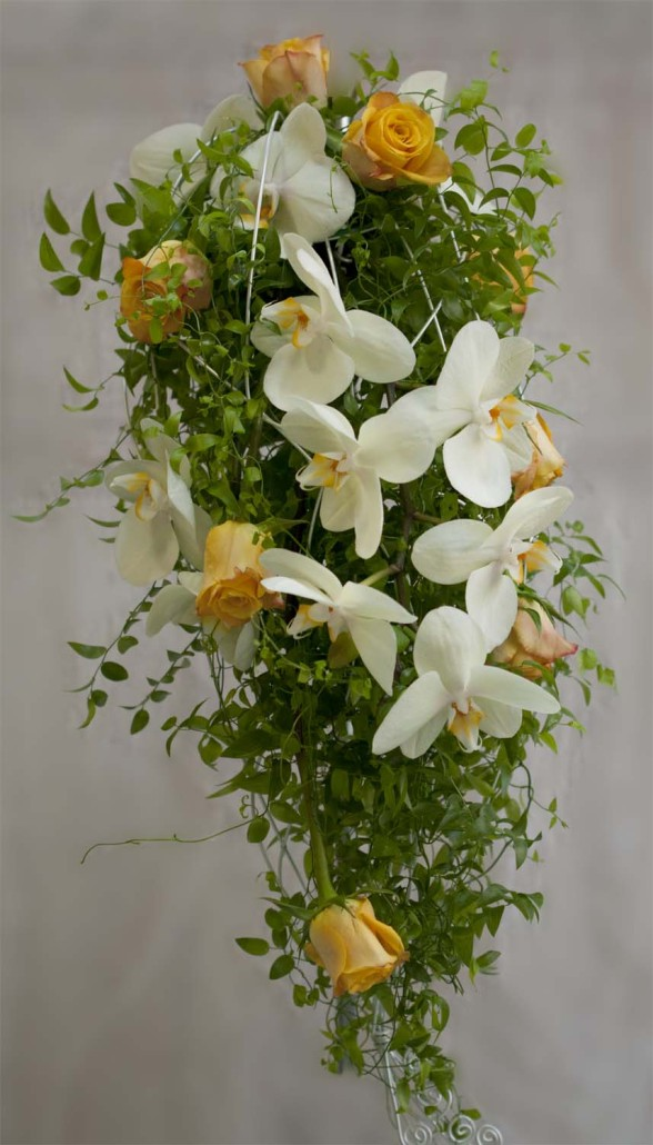 Hochzeitsfloristik Fließender Brautstrauß mit Orchideen und Rosen, weiß-orange