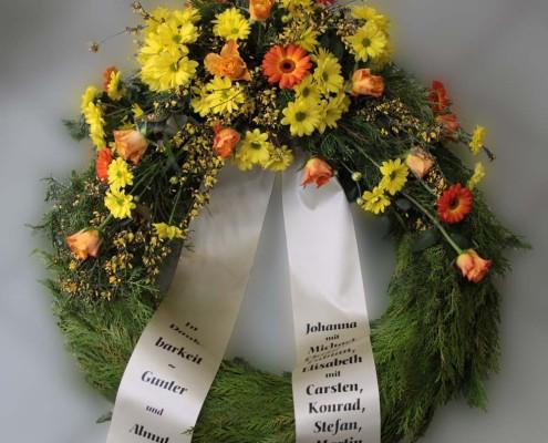 Grabschmuck Kranz mit Gesteck, gelb-orange, Chrysanthemen, Rosen, Gerbera