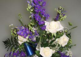 Grabgesteck mit weißen Rosen und Rittersporn, Blumeneck Kreinacker Hainichen