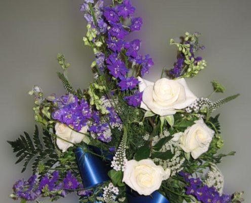 Trauerfloristik Grabgesteck mit weißen Rosen und Rittersporn, Blumeneck Kreinacker Hainichen