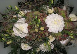 Herbstliches Grabgesteck mit weißen Chrysanthemen, Hortensien und Eustoma, Blumeneck Kreinacker Hainichen