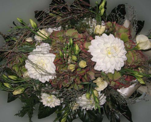 Trauerfloristik Herbstliches Grabgesteck mit weißen Chrysanthemen, Hortensien und Eustoma, Blumeneck Kreinacker Hainichen