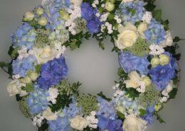 Grab - Sarg - Kranz mit blauen Hortensien und weißen Rosen, Blumeneck Kreinacker Hainichen