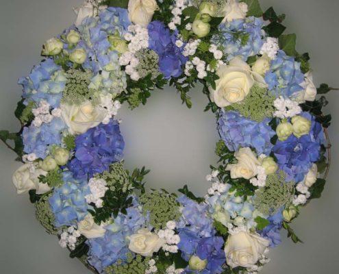 Trauerfloristik Grab - Sarg - Kranz mit blauen Hortensien und weißen Rosen, Blumeneck Kreinacker Hainichen