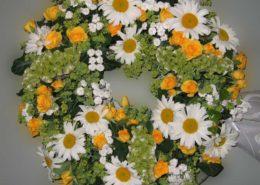 Grab - Sarg -Kranz mit gelben Rosen und Margeriten, Blumeneck Kreinacker Hainichen