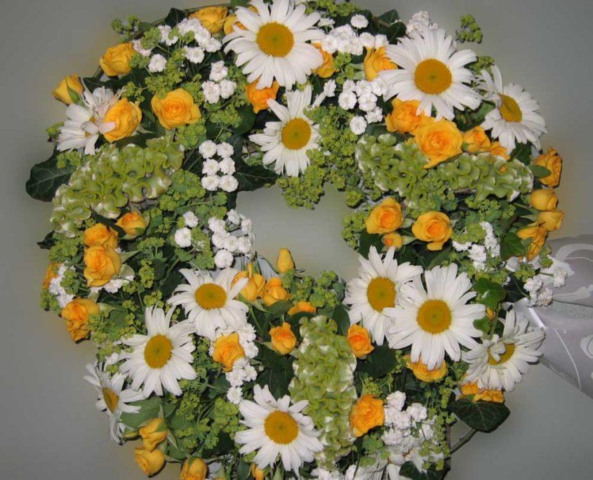 Trauerfloristik Grab - Sarg -Kranz mit gelben Rosen und Margeriten, Blumeneck Kreinacker Hainichen