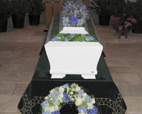 """Trauerfloristik Sargschmuck, Sarggesteck, Kranz """"Vergiss mein nicht"""" - blaue Hortensien und weiße Rosen, Blumeneck Kreinacker Hainichen"""