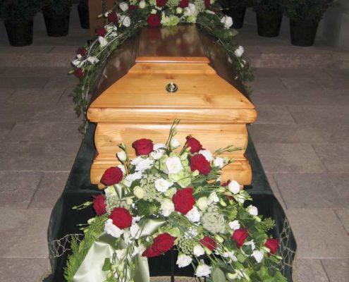 Trauerfloristik Sargschmuck, Kranz mit roten Rosen, weißer Eustoma und Margeriten, Blumeneck Kreinacker, Hainichen