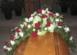 Sargschmuck mit roten Rosen, weißer Eustoma und Margeriten, Blumeneck Kreinacker, Hainichen