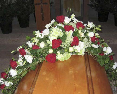 Trauerfloristik Sargschmuck mit roten Rosen, weißer Eustoma und Margeriten, Blumeneck Kreinacker, Hainichen