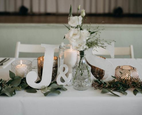 Hochzeitsfloristik Tischschmuck weiß, Blumeneck Kreinacker Hainichen, Foto David Seising