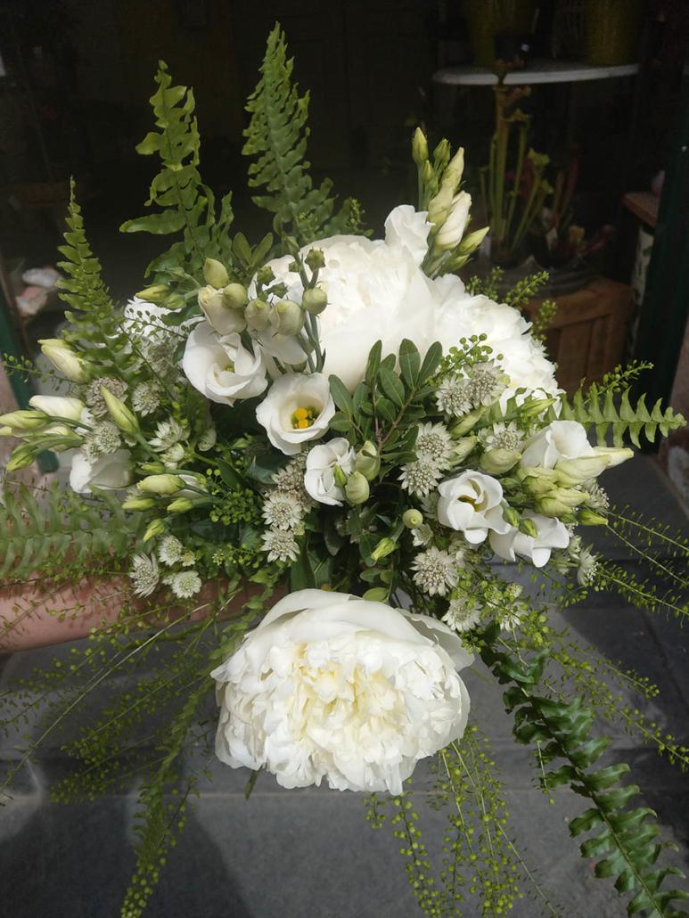 Brautstrauß weiße Pfingstrosen, Eustoma, Farn